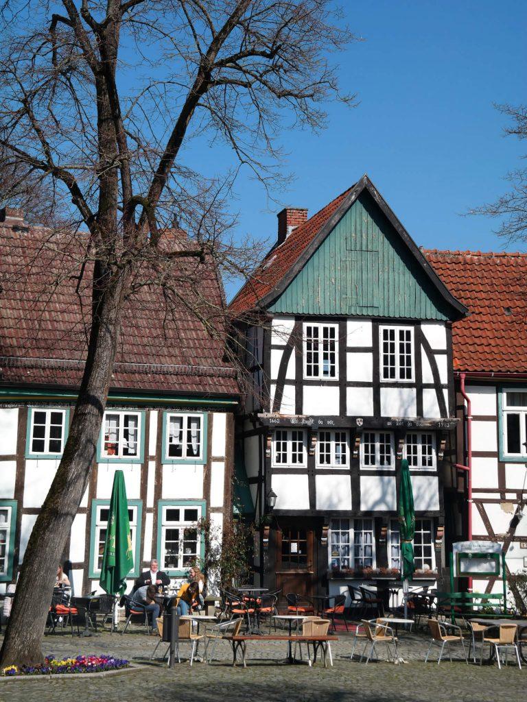 Kerkplein met vakwerkhuizen in Bad Essen