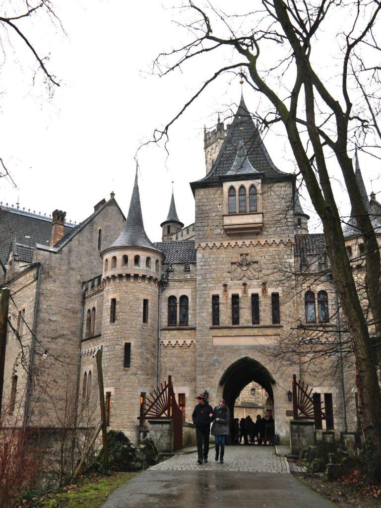 Toegangspoort van het kasteel Schloss Marienburg in Duitsland