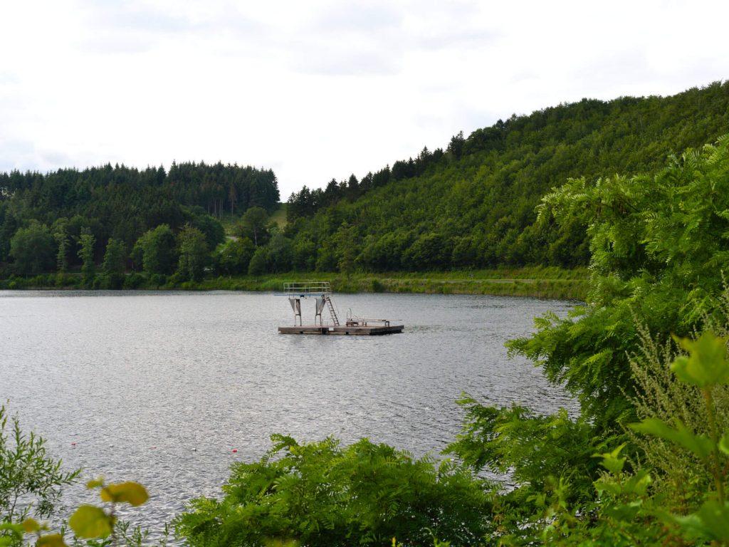 Zwemmen in vulkaanmeer Pulvermaar in de Eifel